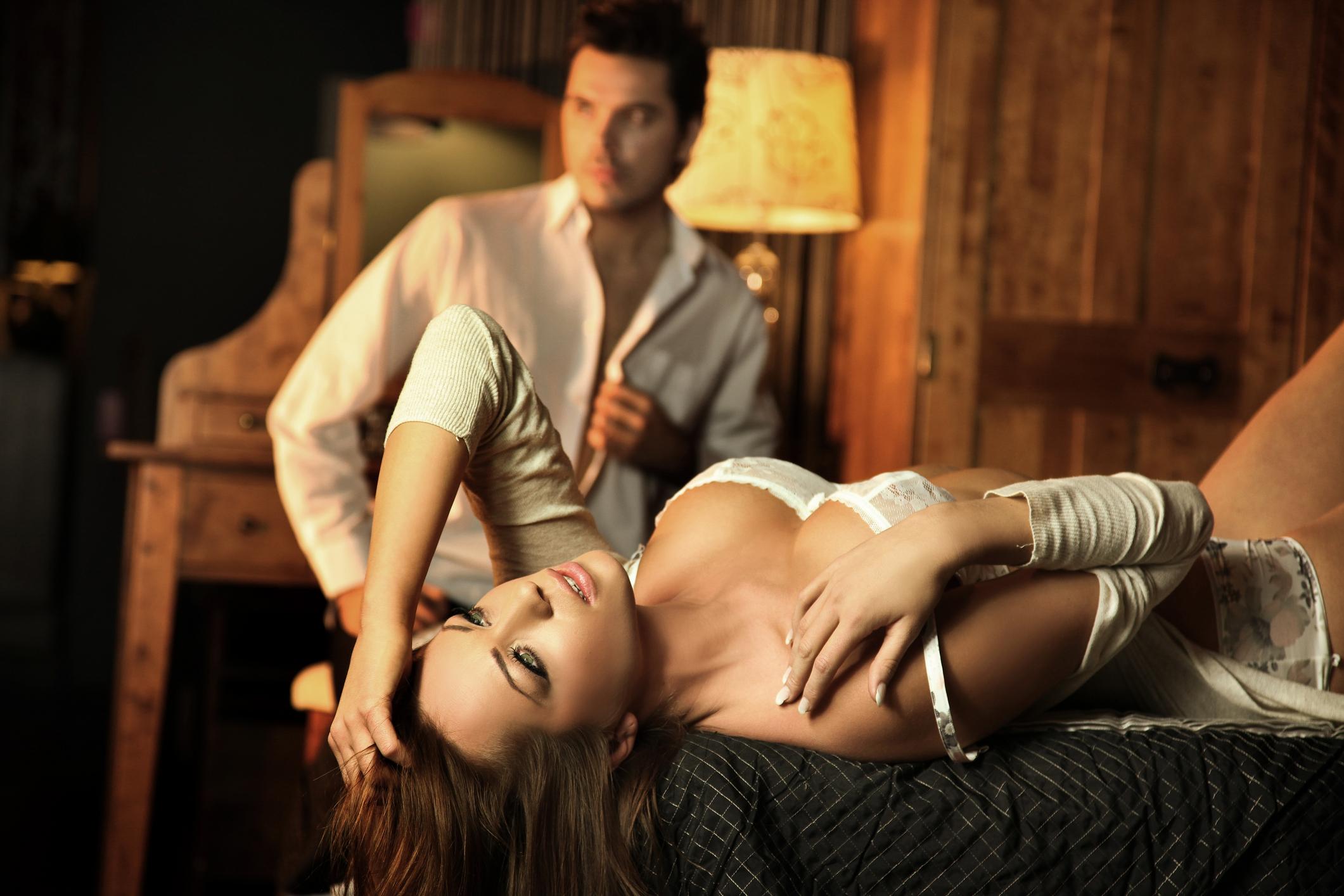 Девушка красиво снимает белье и танцует перед нерешительным мужчиной соблазняя его